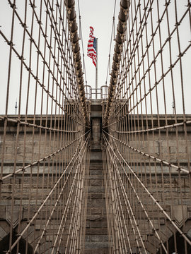 US Flagge auf Brooklyn Bridge in New York