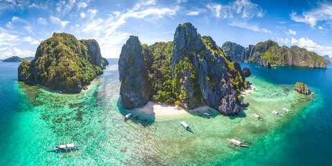 Foto op Plexiglas Blauwe hemel Coastal Scenery of El Nido, Palawan Island, The Philippines, a Popular Tourism Destination for Summer Vacation in Southeast Asia, with Tropical Climate and Beautiful Landscape.
