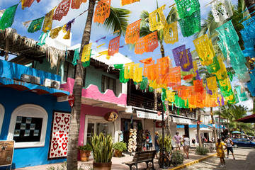 Colourful Mexican flags decorating the town of Sayulita, Mexico Fotomurales