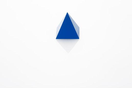 아크릴 판 위에 있는 파란색 사각뿔