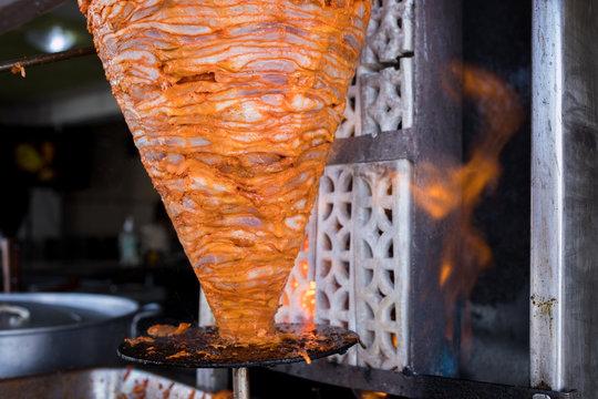 Trompo de Carne con fuego, comida mexicana, tacos al pastor