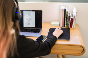 teen using mouse to draw on computer