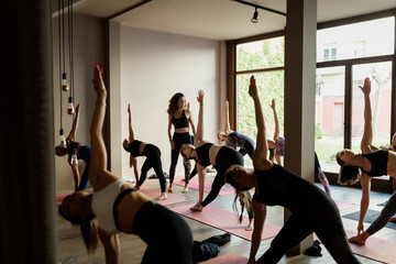 Scene of a group of people practicing yoga in class. Fototapete