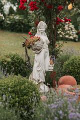 Keuken foto achterwand Historisch mon. Statue of woman in the garden