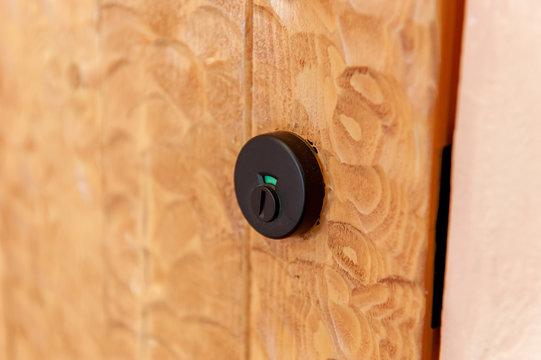 木製ドアに付いているキーシリンダー