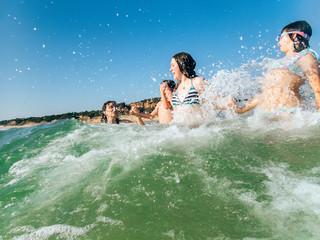 Kids splashing in the waves Fototapete