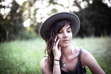 Foto op Plexiglas Centraal Europa natural girl with freckles and tattoos sits peacefully in long grass