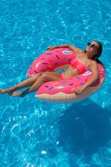 Fototapeta Młoda dziewczyna opala się na basenie obraz