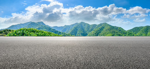 Photo sur Plexiglas Blanc Asphalt road and green tea mountain nature landscape on sunny day,panoramic view.