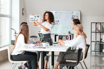 Obraz Female interior designer teaching young people in office - fototapety do salonu