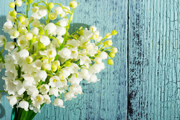 Photo sur Aluminium Muguet de mai Lily of the valley flowers on cracked blue wood table background, directly above