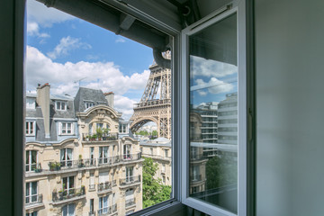 Foto auf Gartenposter Paris Vue sur la Tour Eiffel depuis la fenêtre