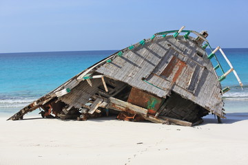 Tuinposter Schipbreuk Abandoned ship wreck on the beach of Socotra island