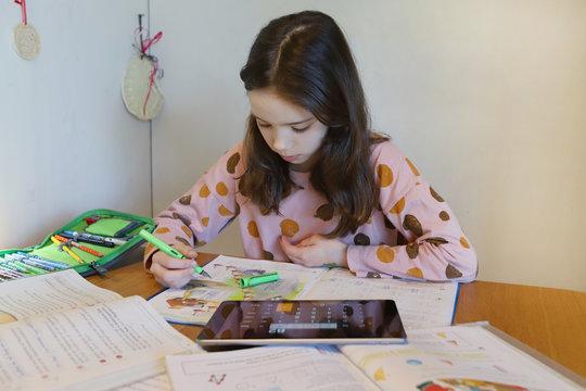 Ein Mädchen macht während der Corona Krise Schularbeiten zuhause am 24.03.2020.