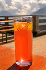 Glas Limonade in einem Biergarten