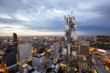 Telecommunication tower with 5G cellular network antenna on night city background Fotomurales
