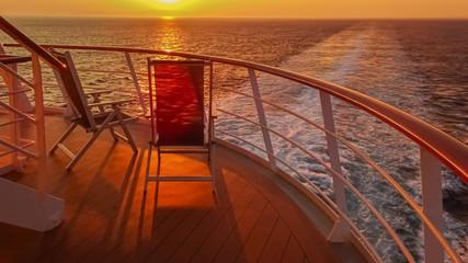 Photo sur Aluminium Rouge mauve Coucher de soleil dans le sillage d'un navire de croisière.