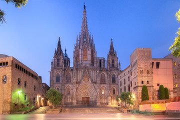 Fototapete - Cathedral of the Holy Cross and Saint Eulalia during morning blue hour, Barri Gothic Quarter in Barcelona, Catalonia, Spain