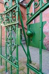 Lekko uchylona stara antyczna zielona furtka