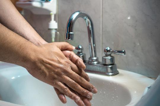 Toma de lavado de manos correcto en el fregadero