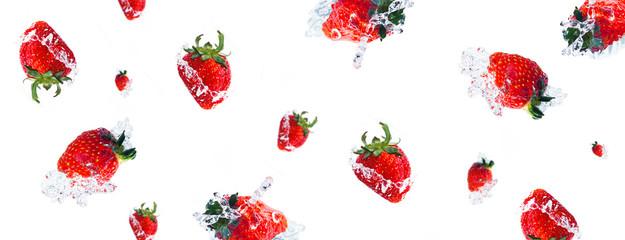 みずみずしいイチゴと水しぶき(イチゴの背景)