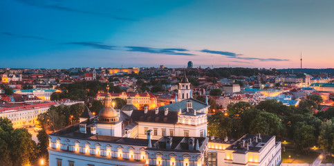 Stores à enrouleur Europe de l Est Vilnius, Lithuania, Eastern Europe. Night Panoramic View Of Historic Center Cityscape In Blue Hour. Travel View Of Old Town In Night Illuminations. UNESCO. Palace Of The Grand Dukes Of Lithuania.