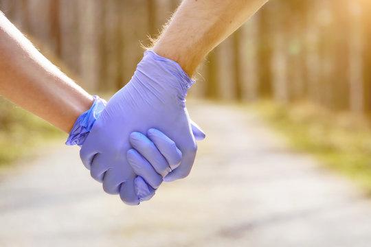 Händchenhalten mit Einweghandschuhen