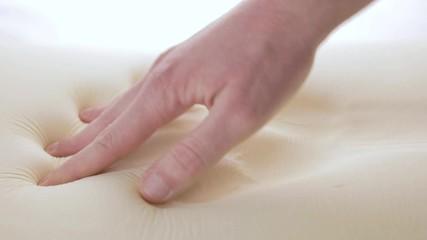 Wall Mural - Mano sta toccando un materasso in poliuretano con tecnologia memory foam.