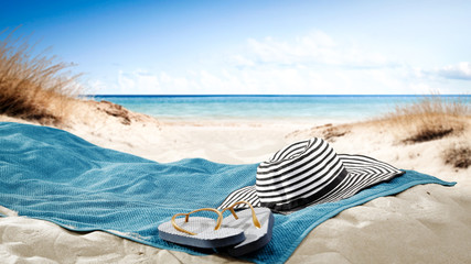 Photo sur Aluminium Pays d Afrique blue towel with hat and summer beach