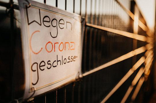 Schild am Zaun Wegen Corona Virus geschlossen