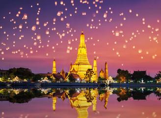 Wat Arun Temple on during sunset. Sunset behind Wat Arun, Bangkok Thailand. Papier Peint