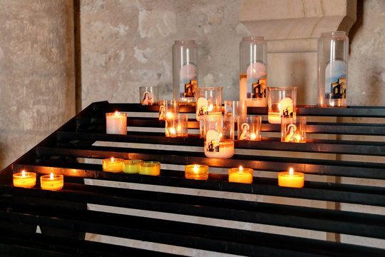 Bougies et cierges à l'église de Talmont sur gironde