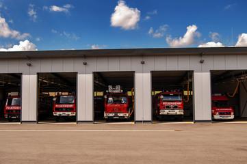 Feuerwehfgerätehaus mit Fahrzeugen
