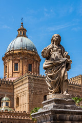 Zelfklevend Fotobehang Palermo Statue facing Palermo Cathedral, Sicily