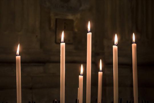 As velas votivas são caracterizadas por serem mais grossas, podendo ser de diversas cores e até mescladas. Seu uso é para momentos de reflexão e limpeza espiritual.