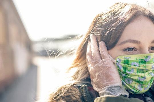 junge Frau mit Mundschutz in der Stadt