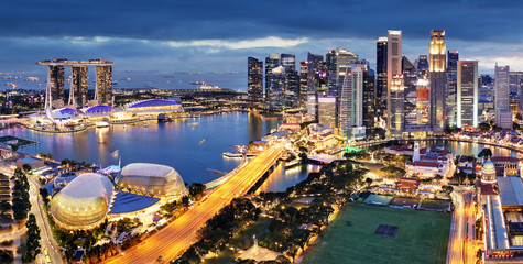 Fotomurales - Singapore business district and city at twilight, Asia - panorama
