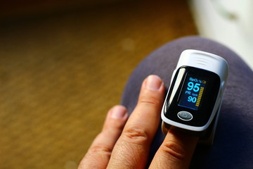 Pulse oximeter measuring oxygen saturation in blood and heart rate
