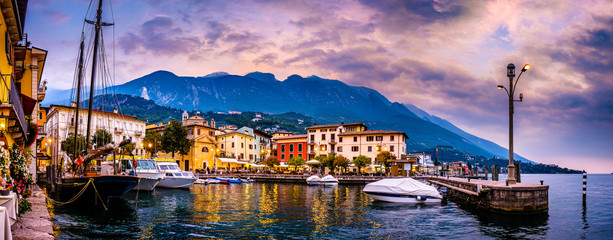 Foto auf Leinwand Rosa hell old town of malcesine at the lago di garda