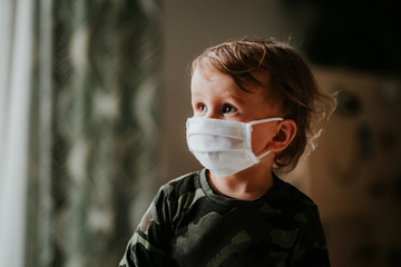 Obraz Dziecko, chłopiec w masce antywirusowej - fototapety do salonu