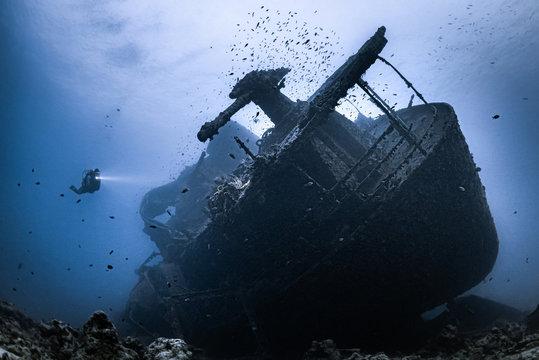 Taucher am Wrack der SS Thistlegorm im Roten Meer in Ägypten