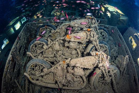 Motorräder im Wrack der SS Thistlegorm im Roten Meer in Ägypten