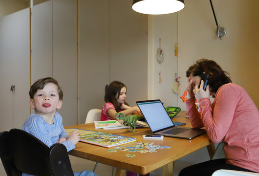 Eine Mutter arbeitet im Homeoffice zusammen mit ihren Kindern am 30.03.2020.