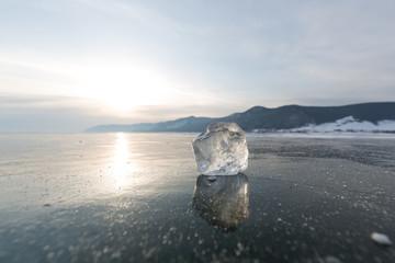 gespiegelter Eisklumpen abends auf dem zugefrorenen Baikalsee
