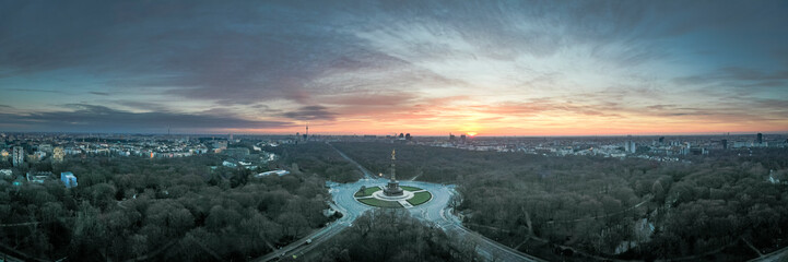 Panoramic view of Berlin skyline and Goldelse in dramatic morningh light Fototapete