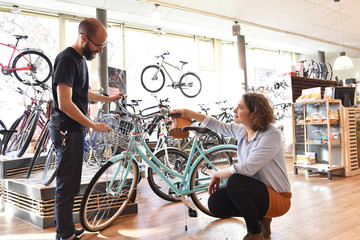 Bicycle shop consulting - salesman and customer in conversation