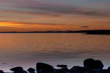 Złota godzina nad skalistym wybrzeżem podczas zachodu słońca w Parku Narodowym Ytre Hvaler w...