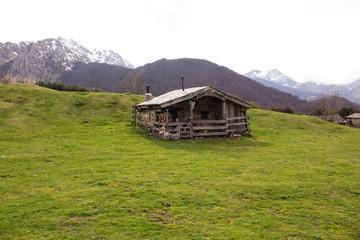 cabañas de piedra con la montaña de fondo Wall mural