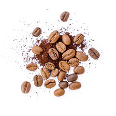 Stores à enrouleur Café en grains Roasted coffee beans with ground coffee on white background