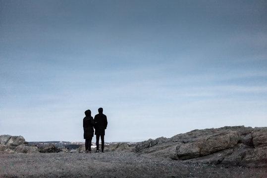 Paar an einsamen Felsen nach Beschränkungen wegen Corona Krise im März 2020 MR yes